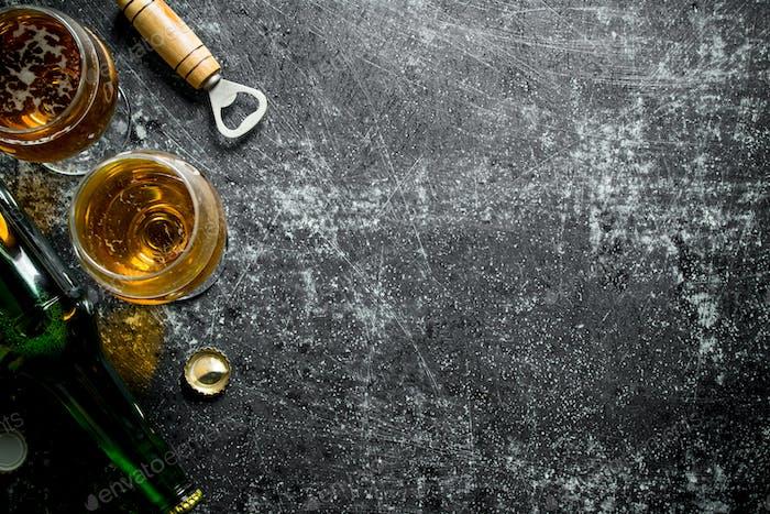 Bier am Glas und in der Flasche.