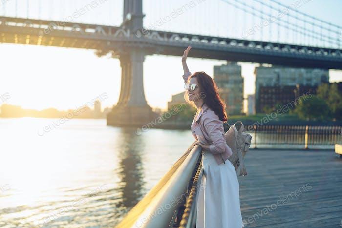 Chica feliz en el puente de Manhattan