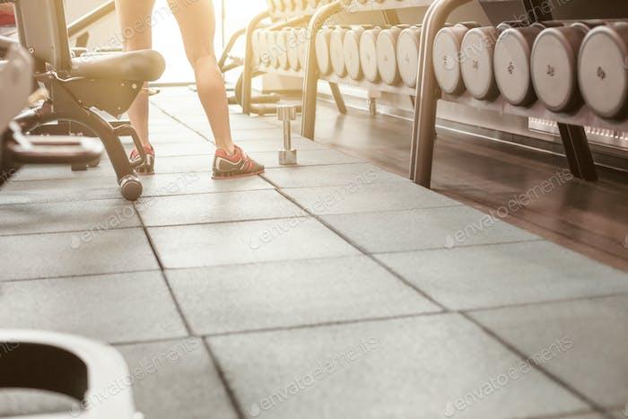 Reihen von Hanteln im Fitnessstudio