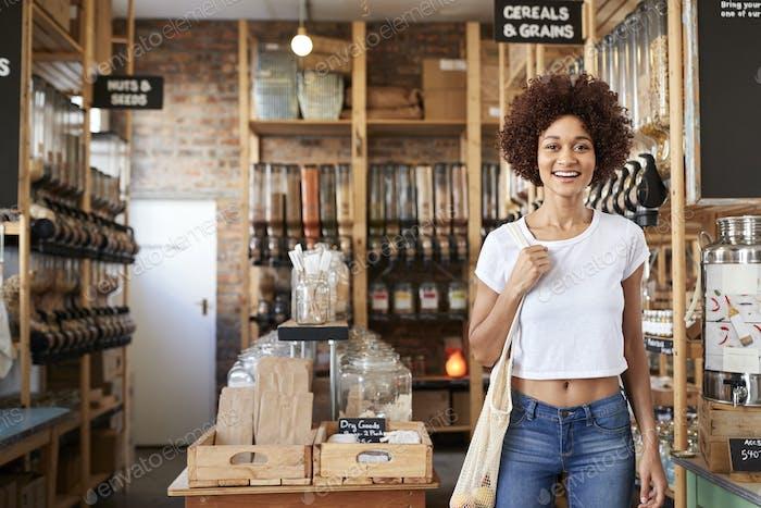 Porträt der Frau Kauf von Trockenwaren in nachhaltigen Kunststoff Free Lebensmittelgeschäft