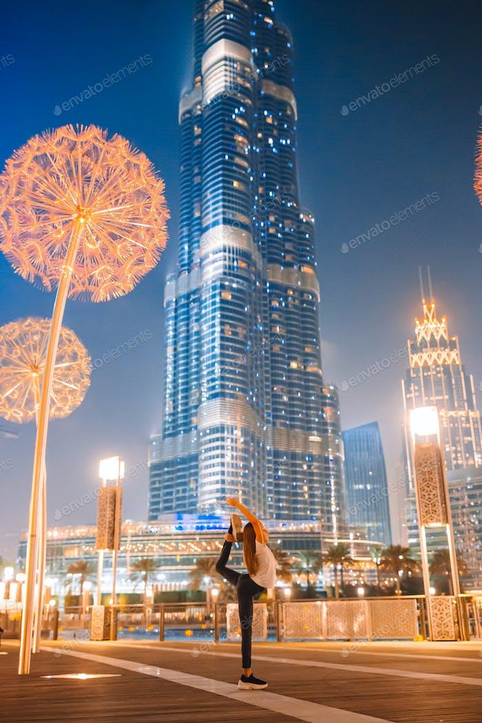 Glückliches Mädchen zu Fuß in Dubai mit Wolkenkratzer im Hintergrund