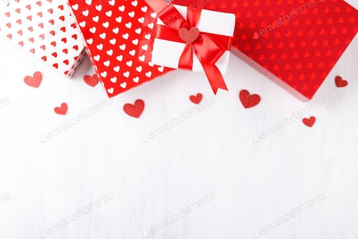 Rote und weiße Geschenkboxen