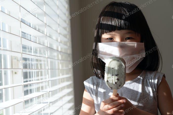 Los niños se quedan en casa durante el verano, sin actividad al aire libre
