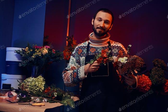 Talentierte Florist arbeitet am Blumenstrauß