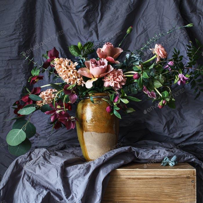 Blume in der Vase auf dem Tisch