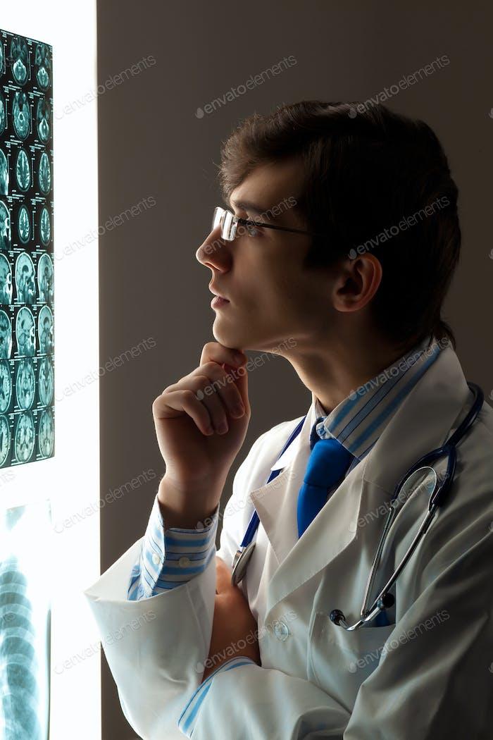 Mann Arzt Blick auf Röntgenaufnahme