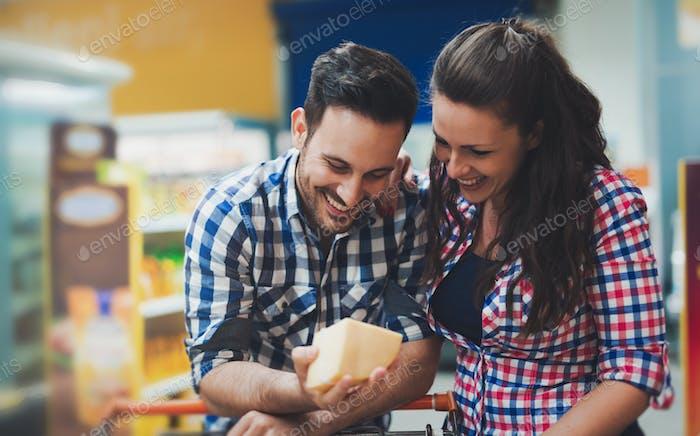 Paar Einkaufen im Lebensmittelgeschäft