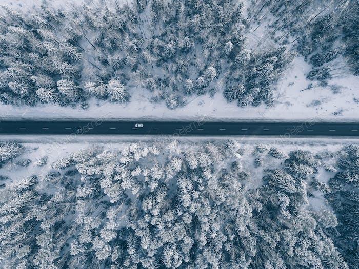 Landstraße durch die schönen schneebedeckten Landschaften. Luftaufnahme.