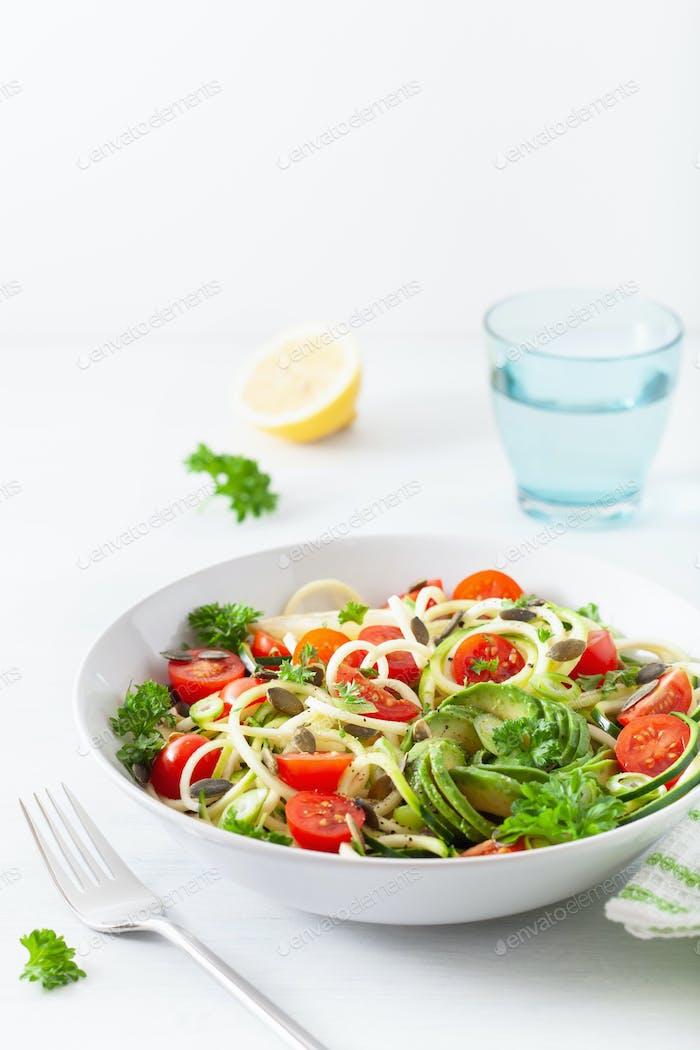 veganer ketogene Spiralisalzucchini Salat mit Avocado-Tomatenkürbiskernen