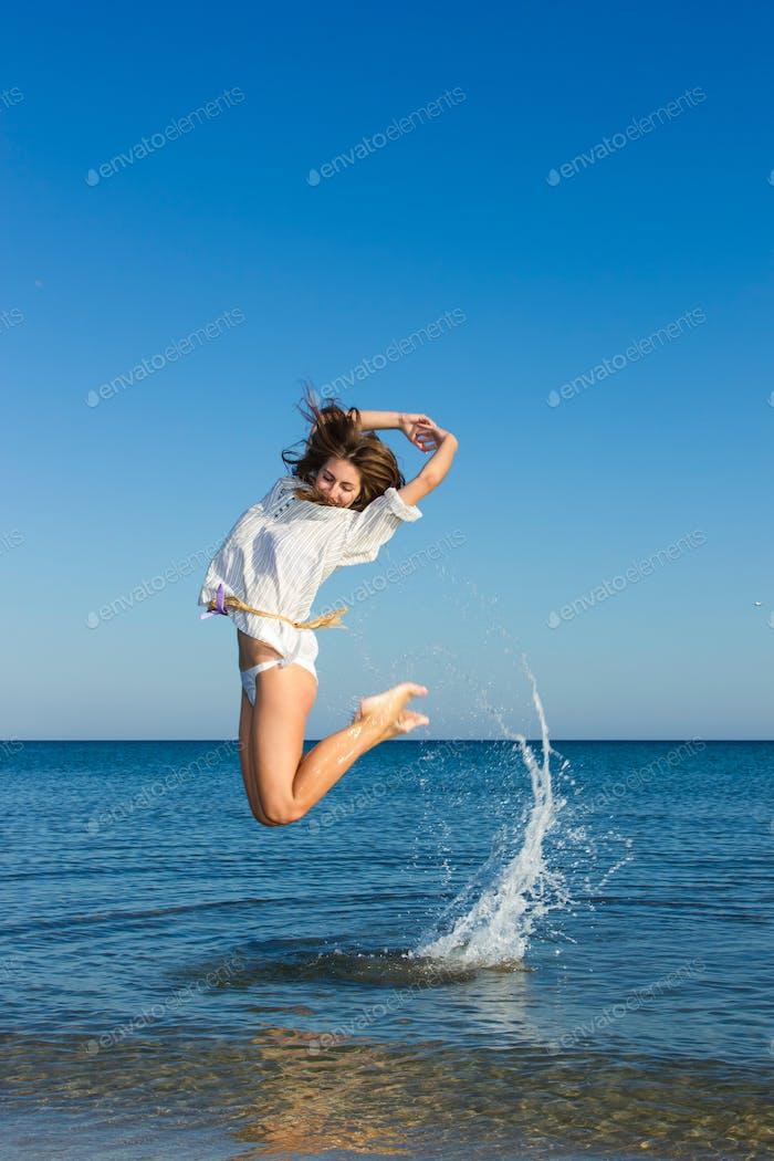 Morena en el agua agitando el cabello
