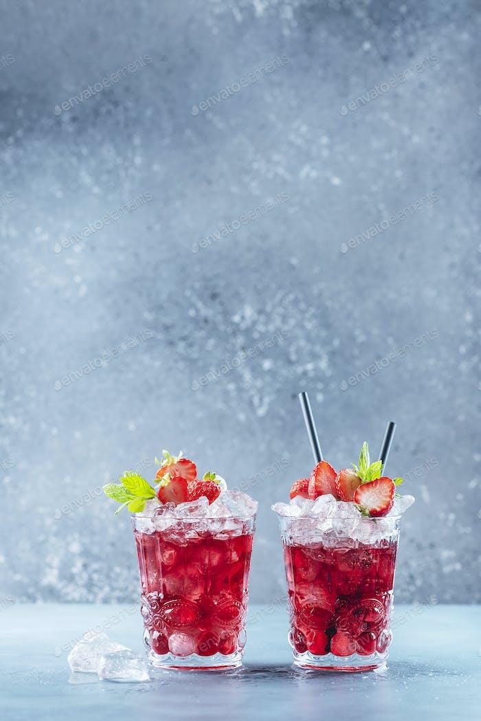 Roter Cocktail mit Eis und Minze