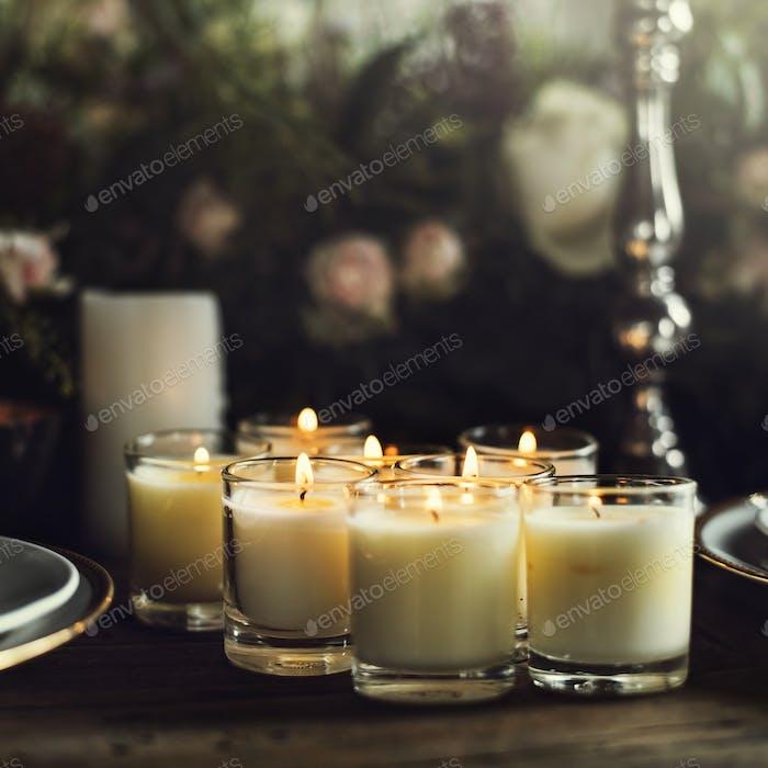 Kerzen erhellen auf dem Tisch für den Empfang Essen im Restaurant