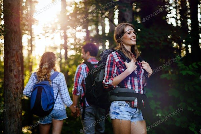 Schöne Frau und Freunde Wandern im Wald