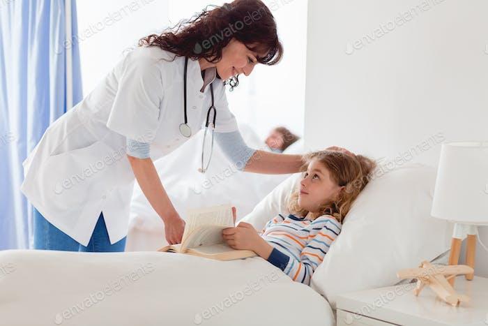 Fürsorgliche Krankenschwester und das Mädchen