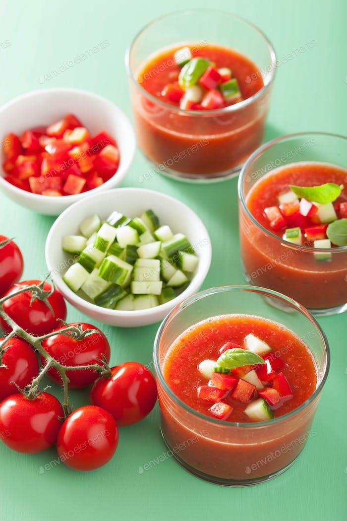 kalte Gazpacho Tomatensuppe in Gläsern