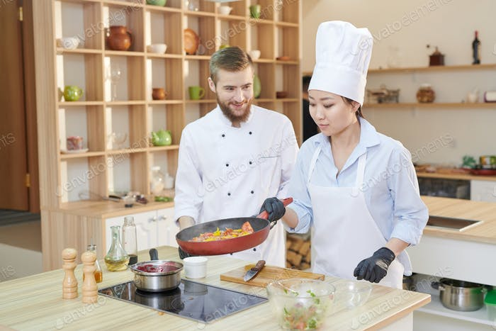 Dos chefs profesionales en el Trabajo