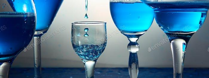 Banner von vielen Gläsern mit blauem Champagner oder Cocktail.
