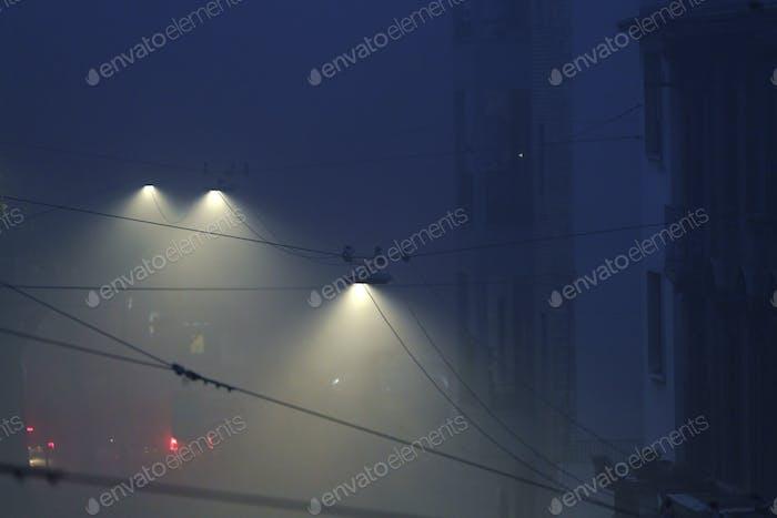 Una calle de Milán, Italia con niebla