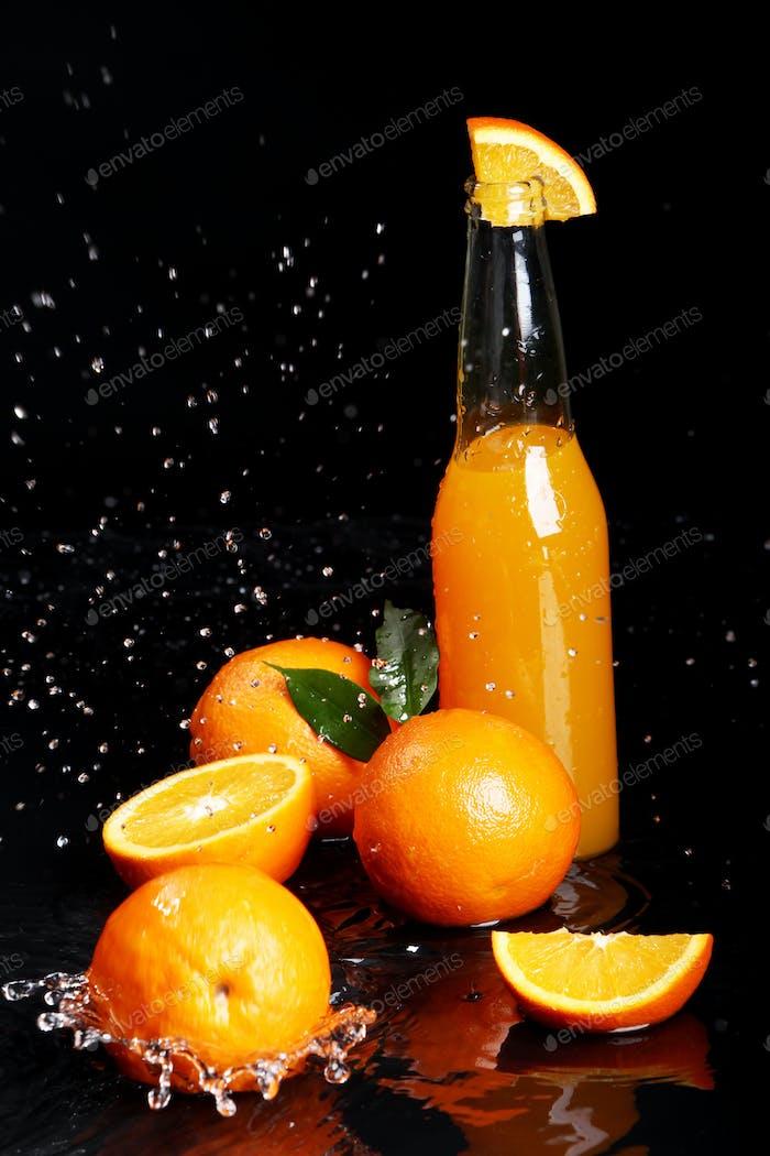 Frisches Orangengetränk mit Spritzer Wasser