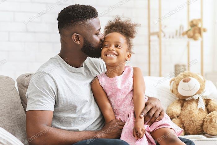 lieben schwarz Papa küssen seine glücklich kleine Tochter