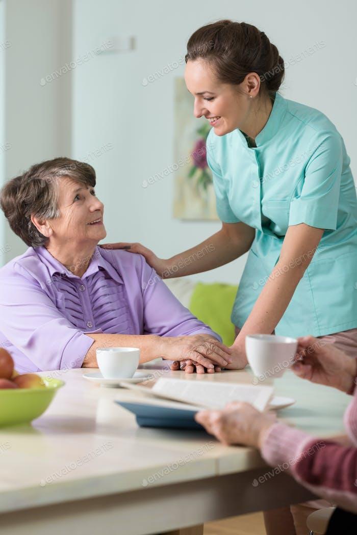Pflegende Krankenschwester