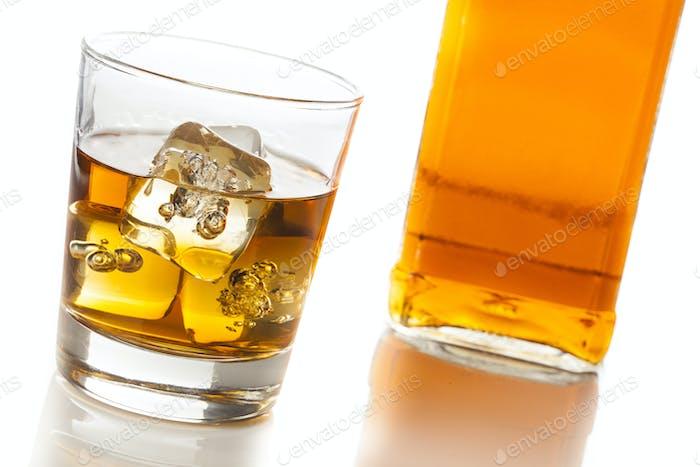 Golden Brown Whisky auf den Felsen