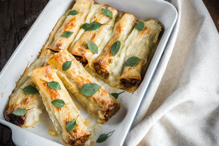 Cannelloni with mincemeat and bachamel