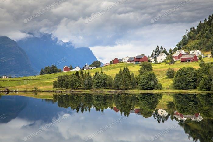 Nordisches Dorf im norwegischen Fjord