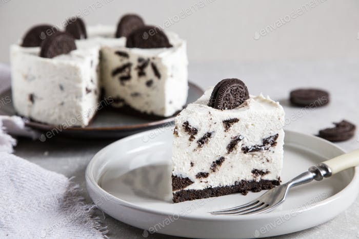 Creamy no bake cheesecake with chocolate cookies