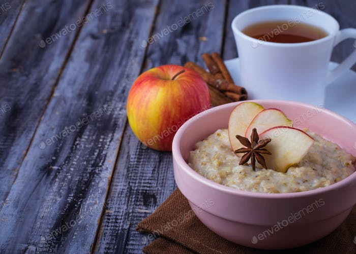 Oatmeal with apple, cinnamon and anise