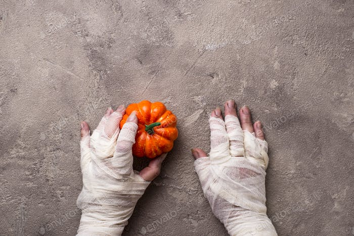 Halloween-Hintergrund mit Mumienhand