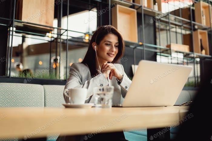 Mujer de negocios trabajando en línea.
