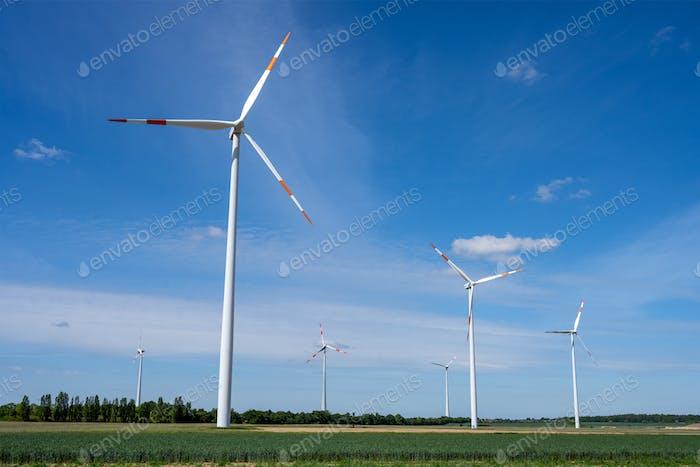 Windkraftanlagen an einem sonnigen Tag