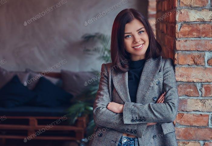 Портрет сексуальной стройной молодой женщины в пиджаке и джинсах leani