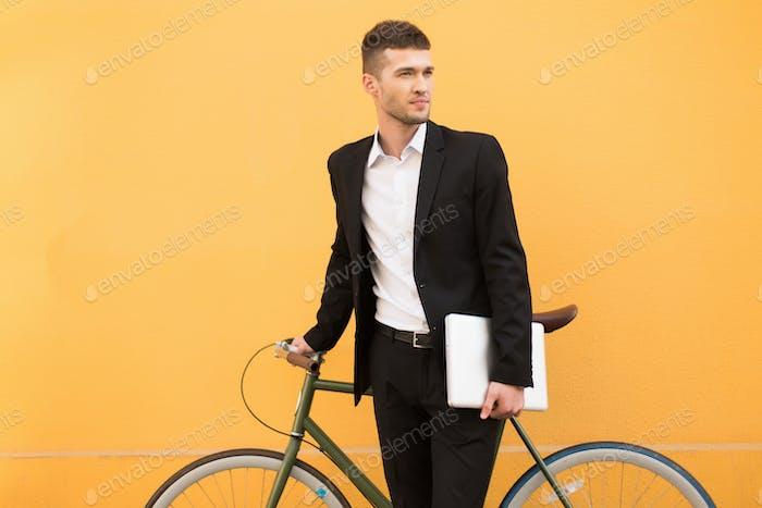 Junge attraktive Mann in klassischen schwarzen Anzug und weißes Hemd holdi