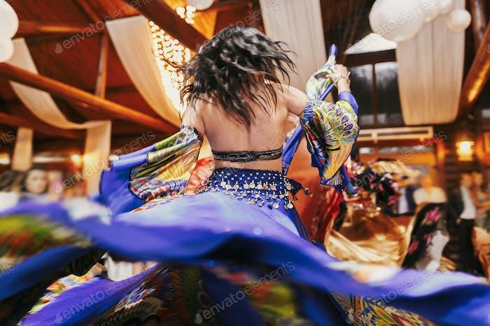 Frau, die Roman-Tanz und Volkslieder in nationaler Kleidung