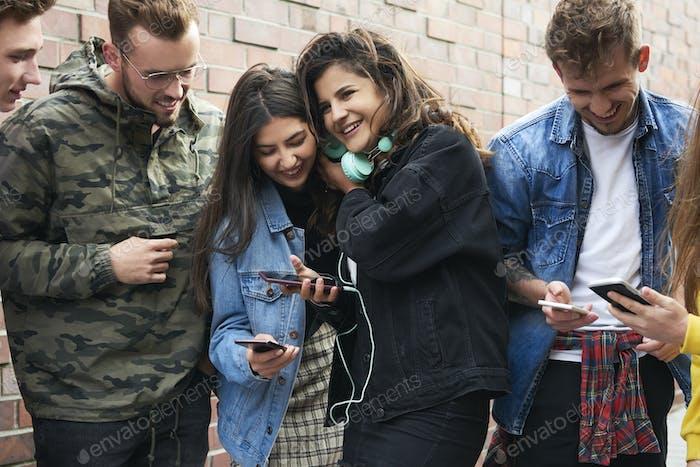 Junge Menschen, die auf ihrem Handy surfen