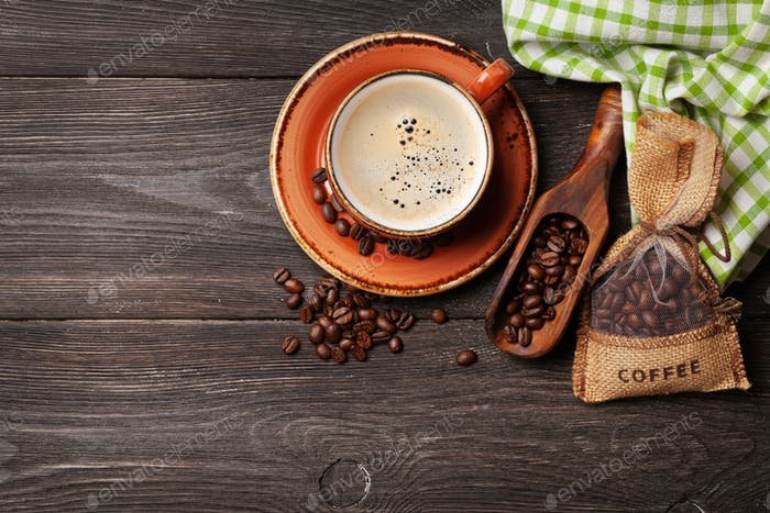Café expreso y granos de café tostados