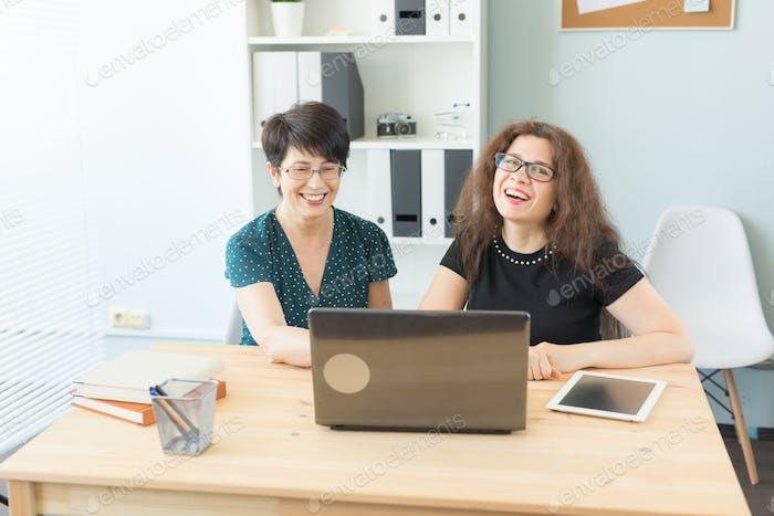 Menschen, Technologie und Kommunikationskonzept - Niedliche Arbeiterinnen ruhen im Büro