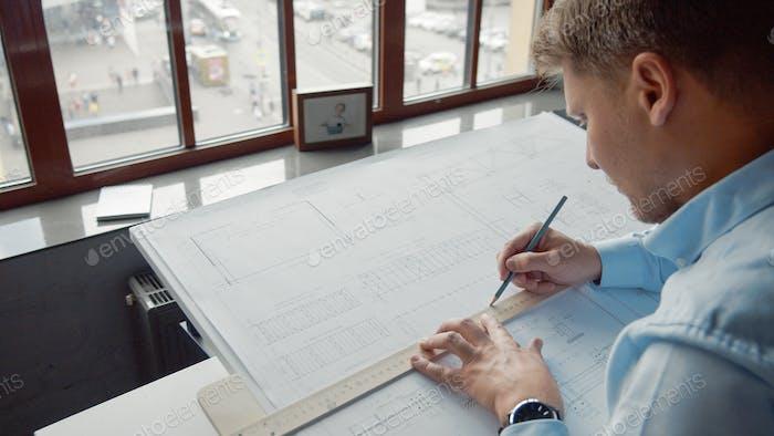 Joven arquitecto trabajando
