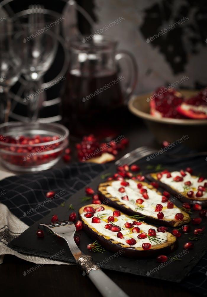 Gegrillte Auberginen mit Knoblauchjoghurtsauce