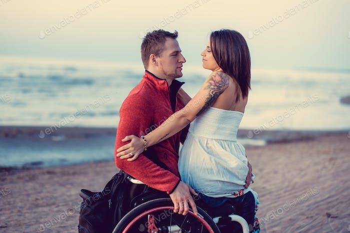 Молодая пара с невоспитанными людьми