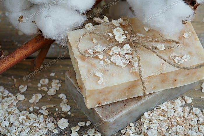 Natürliche handgemachte Seife, Haferflocken und Baumwollzweig