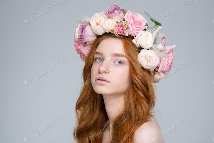 Nahaufnahme von attraktiven jungen rothaarigen weiblich in schönen Rosenkranz