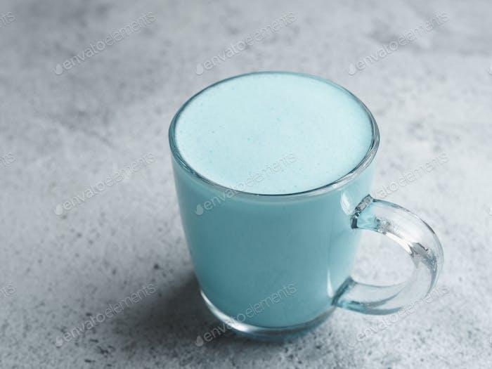 Schmetterling Erbse latte oder blaue Spirulina latte