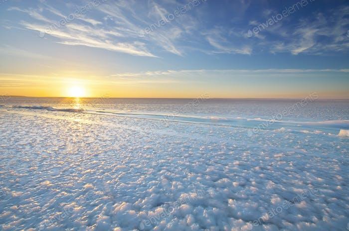 Winterlandschaft. Eisblöcke während des Sonnenuntergangs.