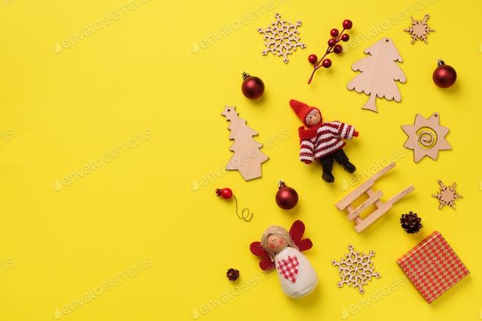Grußkarte für Silvesterparty Weihnachtsgeschenke, dekorative Elemente und Ornamente auf gelb