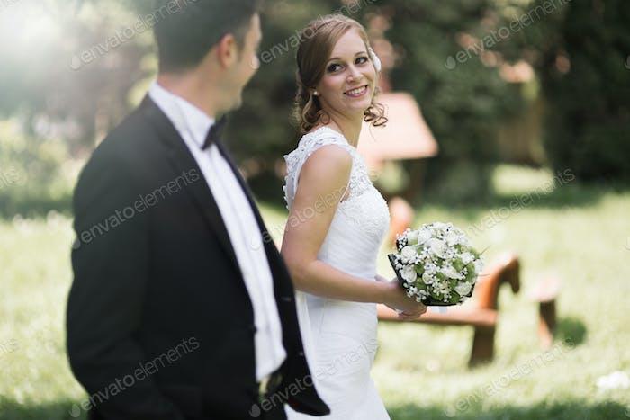 Braut und Bräutigam im Freien lächelnd