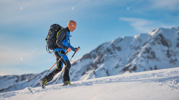 Bergauf mit Skiern und Robbenfellen