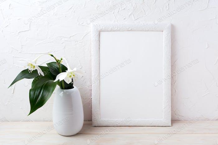 Marco blanco maqueta con flor euxaris en jarrón